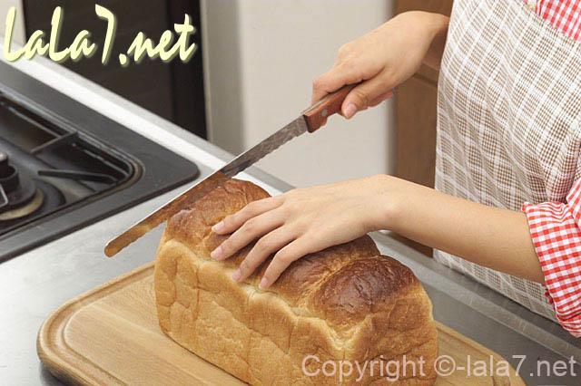 台所 パンを切る女性 キッチン