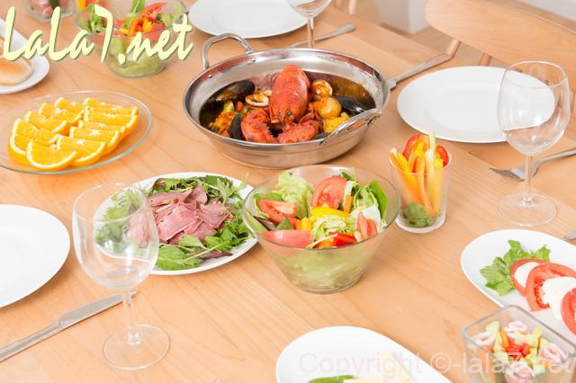テーブルに洋食のパーティー用の料理が並んでいる