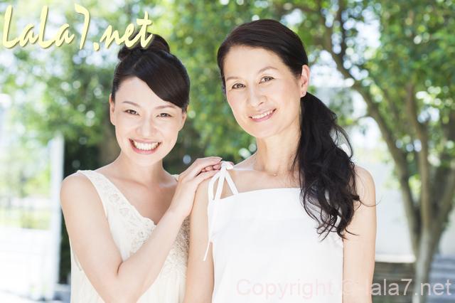白いノースリーブの服を着た女性 微笑んでいる