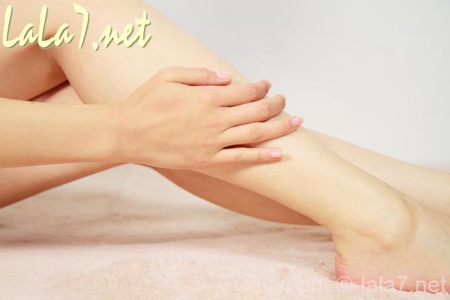 女性 脚をマッサージしている