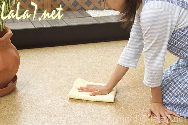 洋式の床をふいている女性 雑巾がけ