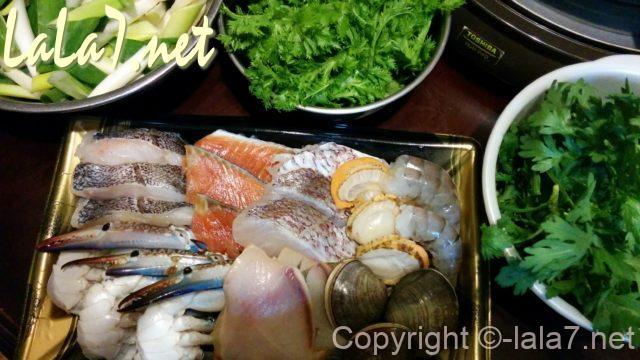 海鮮鍋のセットと鍋にいれる野菜3種類