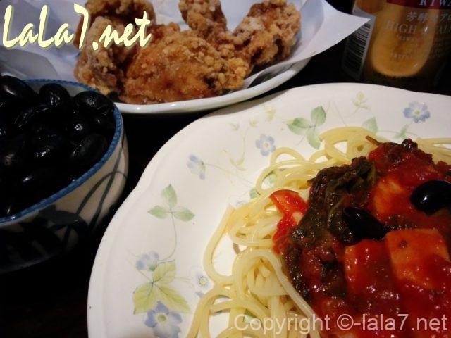 黒豆入りスパゲッティと唐揚げ