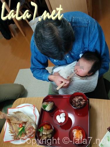 お食い初めのお膳 生後100日のお祝いのお膳 最年長者が赤ちゃんに食べさせる