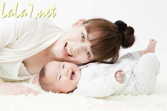 赤ちゃんとママ 白い服を着ている 笑っている
