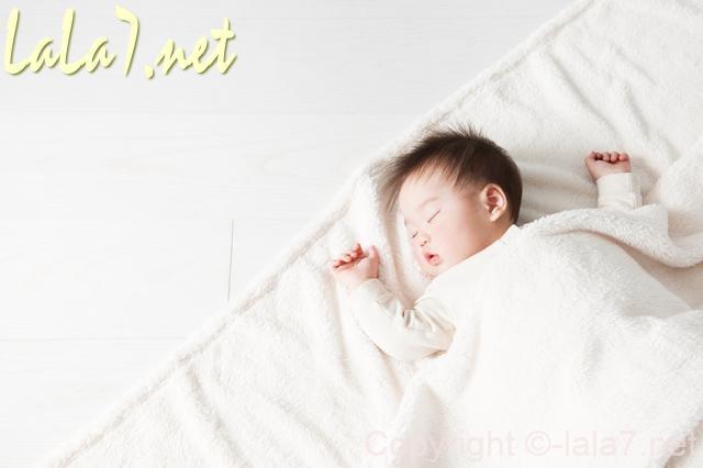 眠っている赤ちゃん 寝具は白
