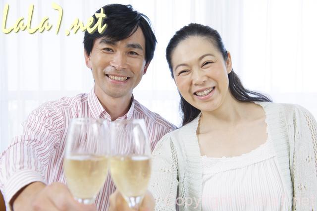 夫婦 中年のカップル 白ワインで乾杯 微笑む笑顔