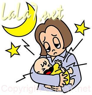 赤ちゃんがママに抱かれて泣いてぐずっている