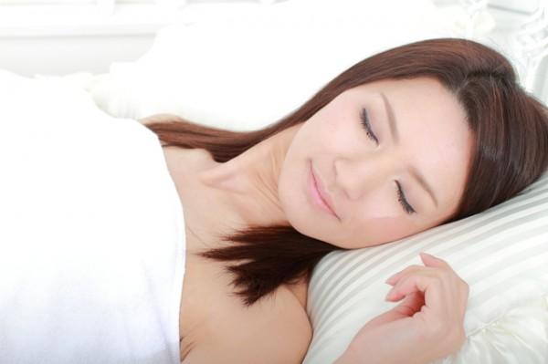 眠っている若い女性