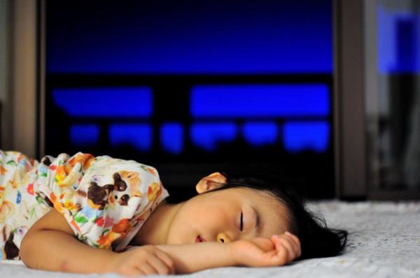眠っている女の子