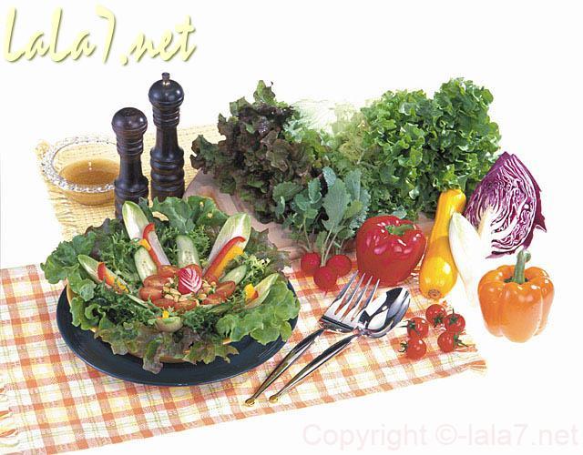 りんご入りの野菜たっぷりのサラダと彩のよい野菜
