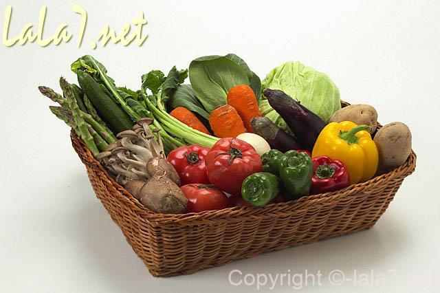 かごに入った種類の多い野菜