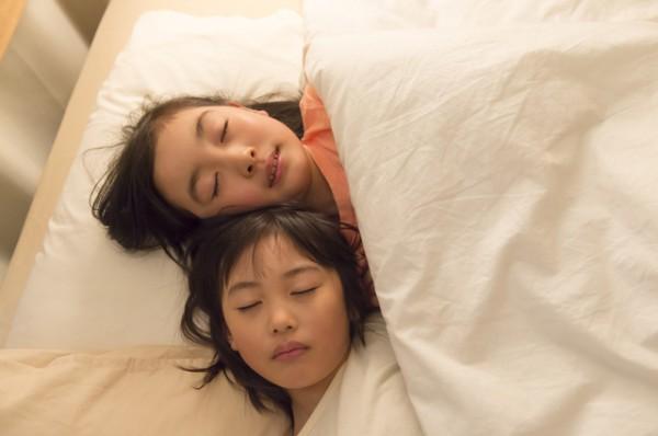 女の子ふたり布団でぐっすり眠っている