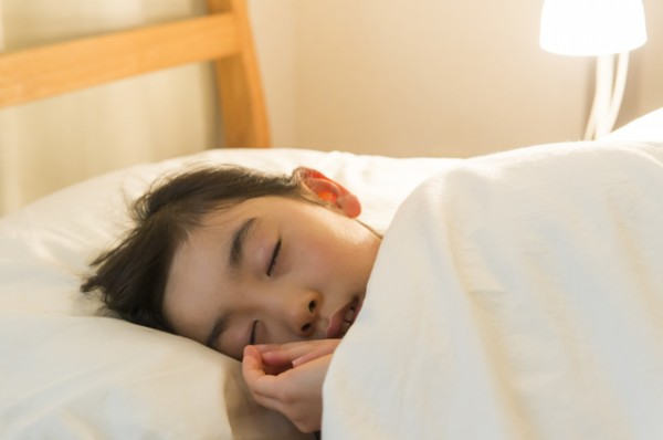 女の子ベッドでぐっすり眠っている