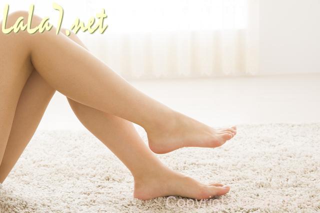 素足 脚 じゅうたん敷きのリビング