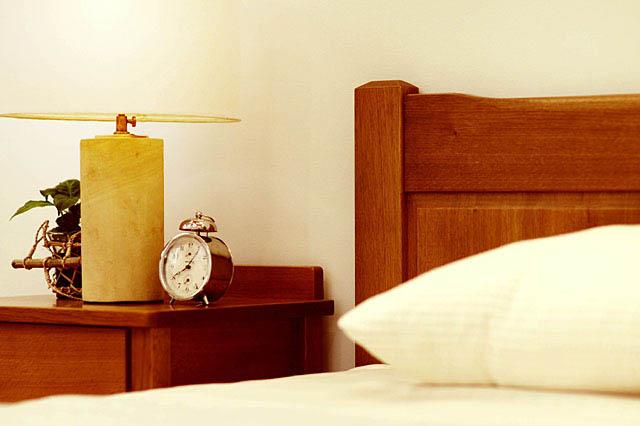 寝室ベッドの上部と目覚まし時計