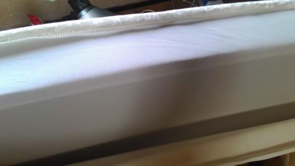 高反発マットレス「モットン」の白いカバーの内側のマットレス