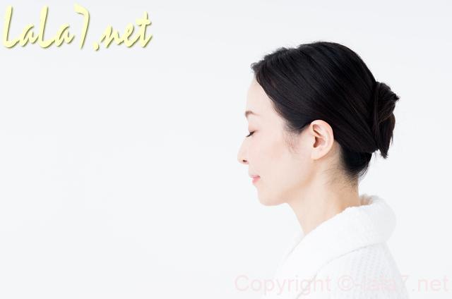 白い服を着た女性ひとり 目を閉じた横顔