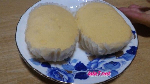 ローソン・ブランのチーズ蒸しケーキお皿に出したところ