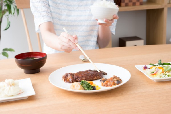 定食を食べている女性