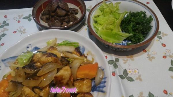 夕食は鶏むね肉をメインに一皿糖質4.1グラム、付け合わせの副菜とともに