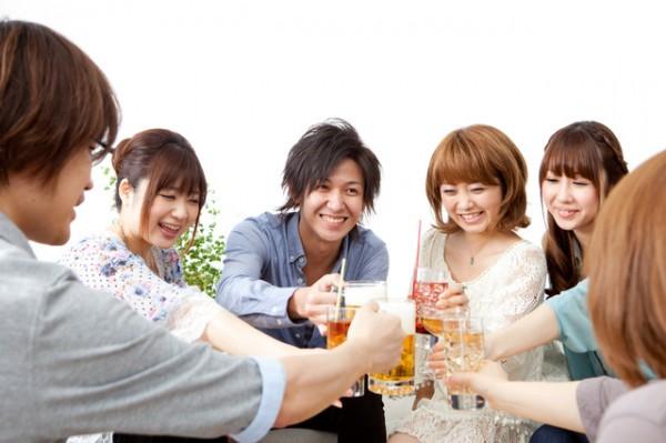 飲み会の風景6人で乾杯