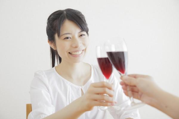 赤ワインで乾杯する若い女性