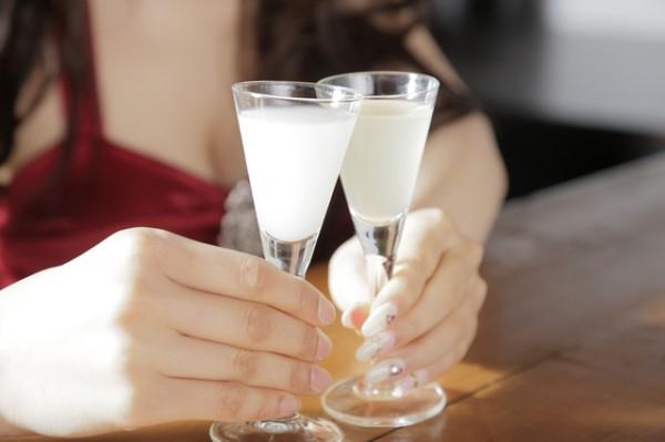 バーでカクテルで乾杯している手元の様子