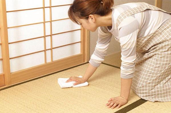 雑巾がけをしている女性