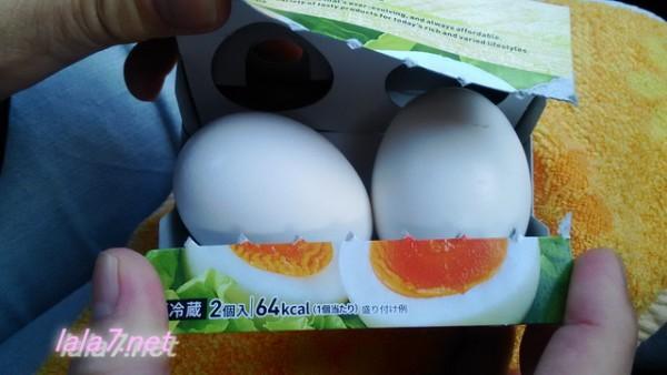 セブンイレブンの「ゆで卵」二個入り開けているところ