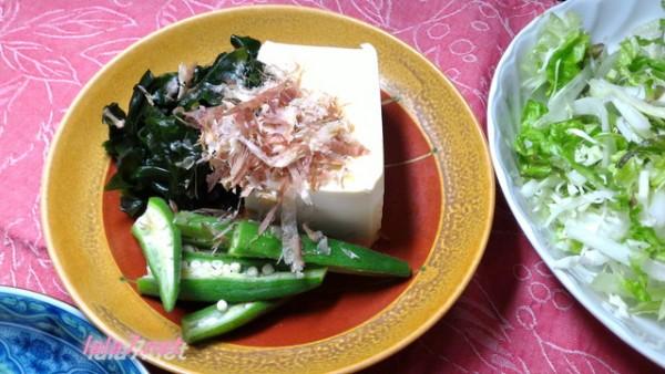 にんにくの芽と豚肉で中華風メイン料理に付け合わせた冷ややっこオクラ添え