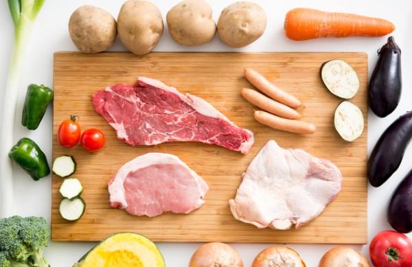 肉三種類ソーセージエッグマフィンと周囲に野菜