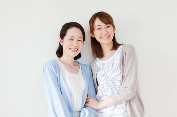微笑む女性二人