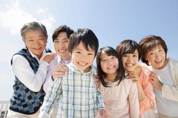 家族6人の写真・睡眠負債は返せる