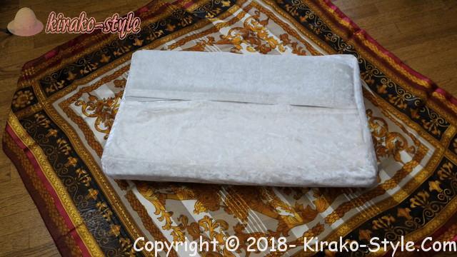 髪を寝ながら保護するならシルクのカバー、スカーフで代用も、スカーフに枕を乗せている