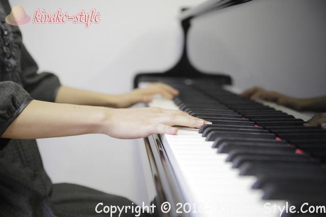 ヤマハピアノの価格・サイズも大切!後悔しない買い方は、ピアノを弾く女性