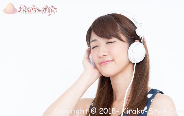 3月3日は耳の日だけど聴こえを守るイベントってある?ヘッドホンで音楽に聴き入る女性