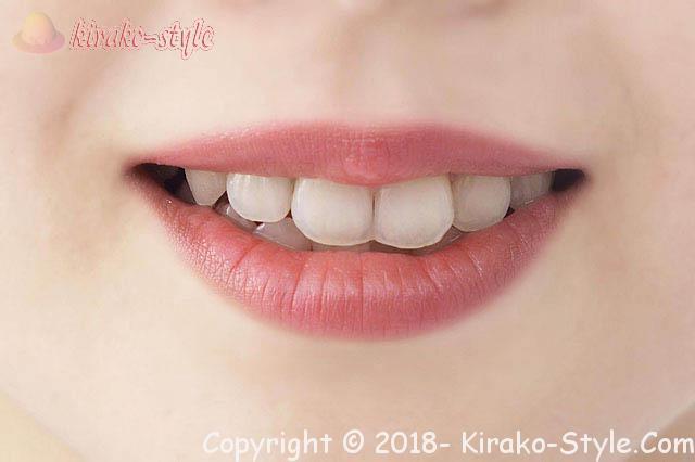 唇荒れ/皮むけは3日で改善!おすすめリップクリームとワセリン、唇少しあけてリップクリームを塗る