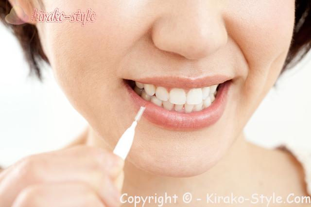 自分の歯を守るために、歯間ブラシで手入れする女性画像