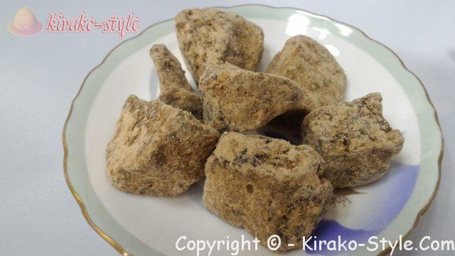 沖縄県波照間島産、純黒糖固形お皿にのせてある