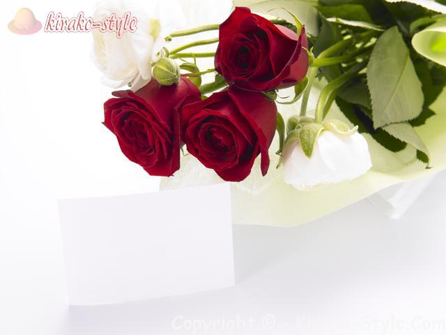 バラの花束と白いメッセージカード
