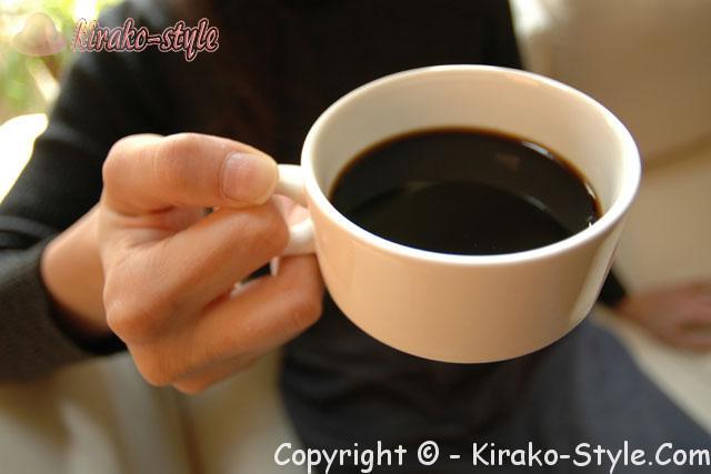 インスタントコーヒー・カフェインレスカップに入れて飲むところ