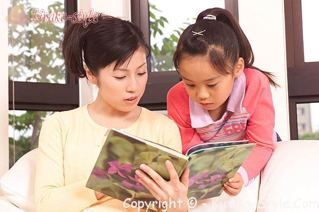 子ども読書の日4月23日、母と子が本をよんでいる