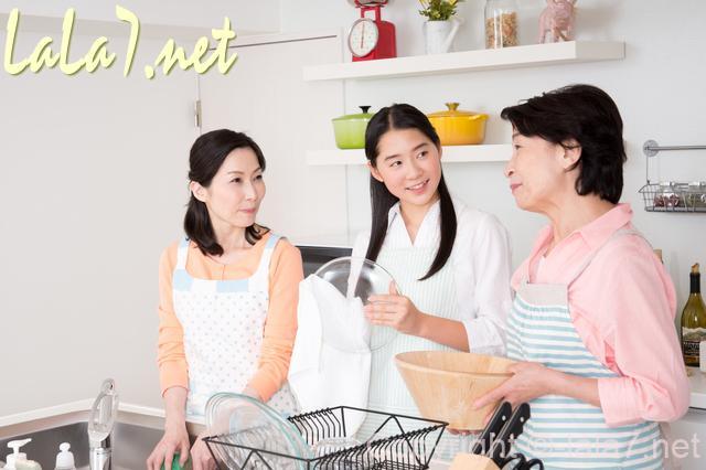 女性三人がキッチンでおしゃべり