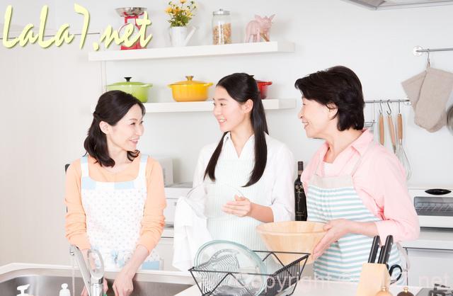 女性三人、キッチンでおしゃべり