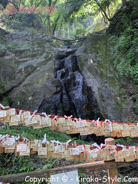 養老の滝(岐阜県養老町)の右側にある山の神様をまつる祭壇