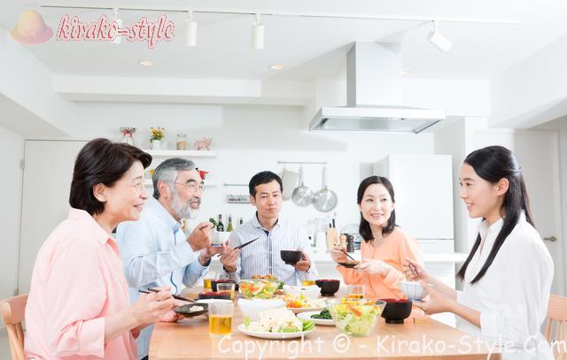 家族5人でなごやかに食事中