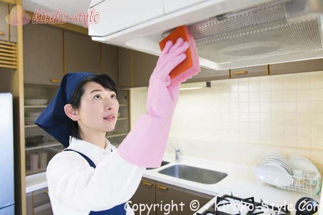 家事代行サービス、家政婦、換気口を掃除している女性