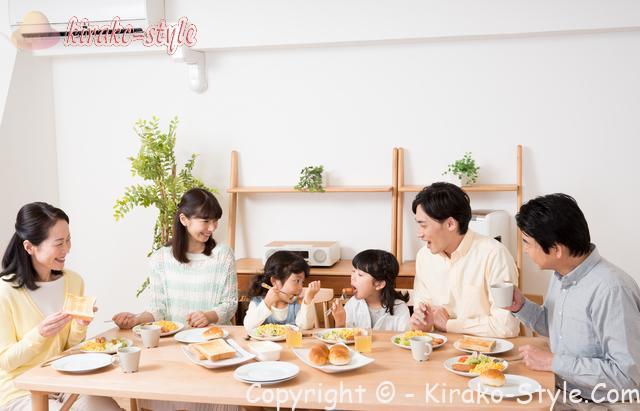 6人家族で食事をしているところ