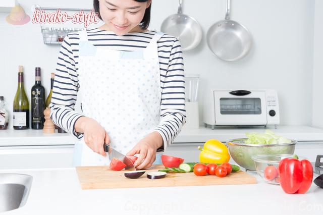 家事代行サービス、家政婦、料理をしている女性
